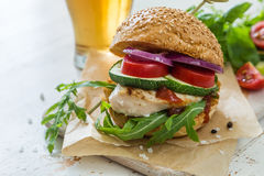 Kurczaka grilla hamburger na drewnianym tle Zdjęcia Stock