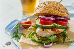 Kurczaka grilla hamburger na drewnianym tle Obrazy Stock