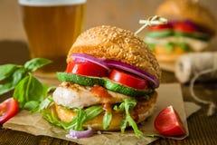 Kurczaka grilla hamburger na drewnianym tle Obraz Royalty Free