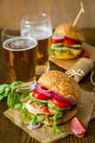 Kurczaka grilla hamburger na drewnianym tle Fotografia Stock