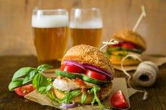 Kurczaka grilla hamburger na drewnianym tle Obrazy Royalty Free