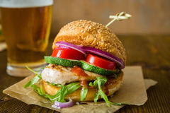 Kurczaka grilla hamburger na drewnianym tle Zdjęcie Royalty Free