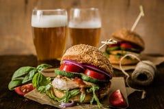 Kurczaka grilla hamburger na drewnianym tle Zdjęcie Stock