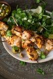 Kurczaka grilla Skewers z Watercress, Feta i oliwki sałatką, Obrazy Royalty Free