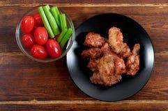 Kurczaka grilla skrzydła z warzywami od wierzchołka Obraz Royalty Free