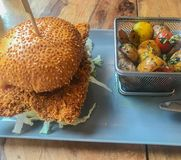 Kurczaka hamburger na talerzu zdjęcie royalty free