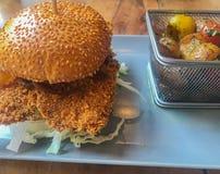 Kurczaka hamburger na talerzu fotografia royalty free