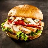 Kurczaka hamburger z pokrojoną piersią na sałatce Fotografia Stock