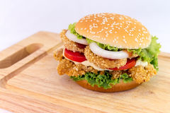 Kurczaka hamburgeru serw na ciapania drewnie Fotografia Stock