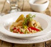 Kurczaka i ryż naczynie słuzyć na starym drewnianym stole zdjęcia royalty free