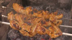 Kurczaka kebabu shish prażak na węglach Materiał filmowy klamerka 4K zdjęcie wideo