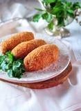 Kurczaka Kijów cutlets z pietruszka liśćmi Ukraiński tradyci jedzenie Fotografia Stock