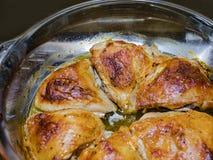 Kurczaka mięso smaży nad niskim upałem zdjęcia stock