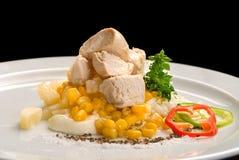 Kurczaka mięso z kukurudzą, dzwonkowym pieprzem, majonezem i kumberlandami na białym talerzu, zdjęcia royalty free