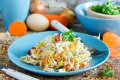 Kurczaka ochraniacza tajlandzcy kluski z smażącymi jajkami, marchewka, cebula, pieprz Obrazy Royalty Free