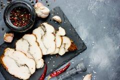 Kurczaka pastrami z pieprzem i czosnkiem na kamiennym talerzu Zdjęcia Royalty Free