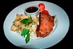 Kurczaka stek z pomidorami i ziele z grulami fotografia stock