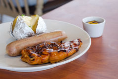 Kurczaka stek z wieprzowiny suasage i brei grulą Obrazy Royalty Free