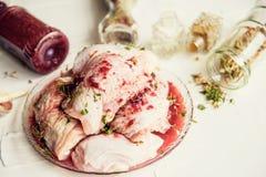 Kurczaka surowego mięsa goleń, drumsticks na drewnianym tnącej deski round, pikantność dla kulinarnych kurczaków drumsticks rozma fotografia royalty free