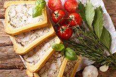 Kurczaka terrine w chlebie pokrajać w kawałka zakończenie horyzontalny zdjęcie royalty free