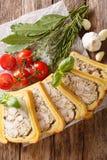 Kurczaka terrine w chlebie pokrajać w kawałka zakończenie pionowo t zdjęcie stock