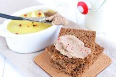 Kurczaka wątrobowy łeb na chlebie w talerzu i fotografia royalty free
