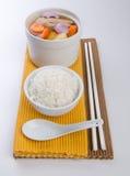 Kurczaka zielarska polewka w garnku z ryż fotografia stock