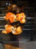 Kurczaki piec na grillu na metalu wirze w pokazie obrazy stock