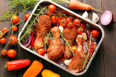 Kurczaków drumsticks przygotowywali dla piec w niecce Zdjęcie Royalty Free