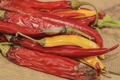 Kurczyć się i lejni chili pieprze na drewnianym tle Przegnili chili pieprze Płaski projekt Obraz Royalty Free