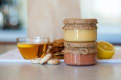 Kurd dulce de la mermelada de fresa y del limón en la tabla Imagen de archivo libre de regalías