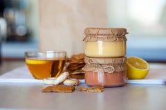 Kurd dulce de la mermelada de fresa y del limón en la tabla Fotos de archivo