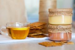 Kurd dulce de la mermelada de fresa y del limón en la tabla Fotografía de archivo