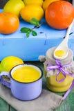 kurde Crème anglaise de citron et citrons, oranges et menthe frais sur la vieille table en bois Photo stock