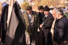 Kurdische Leute, die für Kleidung im Irak kaufen stockbild