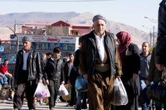 Kurdische Männer, die in ein Souq im Irak gehen Lizenzfreie Stockbilder