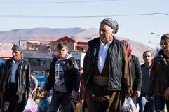 Kurdische Männer, die in ein Souq im Irak gehen Lizenzfreies Stockbild