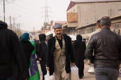 Kurdischer Mann, der in ein Souq im Irak geht Stockbild