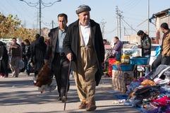 Kurdischer Mann, der in ein Souq im Irak geht Lizenzfreie Stockfotografie