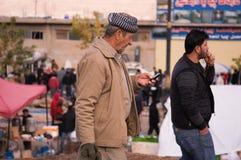Kurdischer Mann, der in ein Souq im Irak geht Stockfotografie