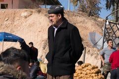 Kurdischer Mann, der in einem Souq im Irak steht Stockbilder