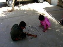 Kurdish fattiga ungar som spelar i gatan royaltyfri foto