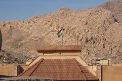 Kurdistanflagga på en byggnad Arkivbild