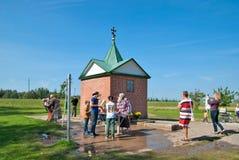 Kuremae Estonia Gente cerca de la primavera santa Imagen de archivo libre de regalías