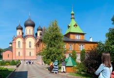 Kuremae Estonia Peregrinos en el convento de Puhtitsa Dormition Fotos de archivo
