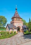 Kuremae Estonia Puerta del santo con el campanario Imagen de archivo
