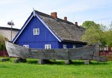 """Kurenas †""""en forntida fiskeseglingskyttel i Nida, Litauen Royaltyfri Fotografi"""