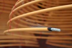 Kurenda kadzi palenie w Chińskiej świątyni obrazy stock