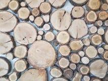 Kurenda rżnięci kawałki drewno na ścianie zdjęcie royalty free