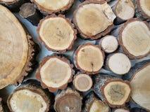 Kurenda rżnięci kawałki drewno na ścianie fotografia royalty free